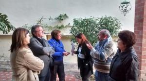 Jaime Lloret conversa con miembros de la Junta de Cofradías de Semana Santa y con Xaro Escrig