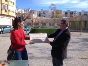 Marta Baldó y Jaime Lloret con la placa