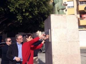 Marta Baldó colocando la placa en la escultura